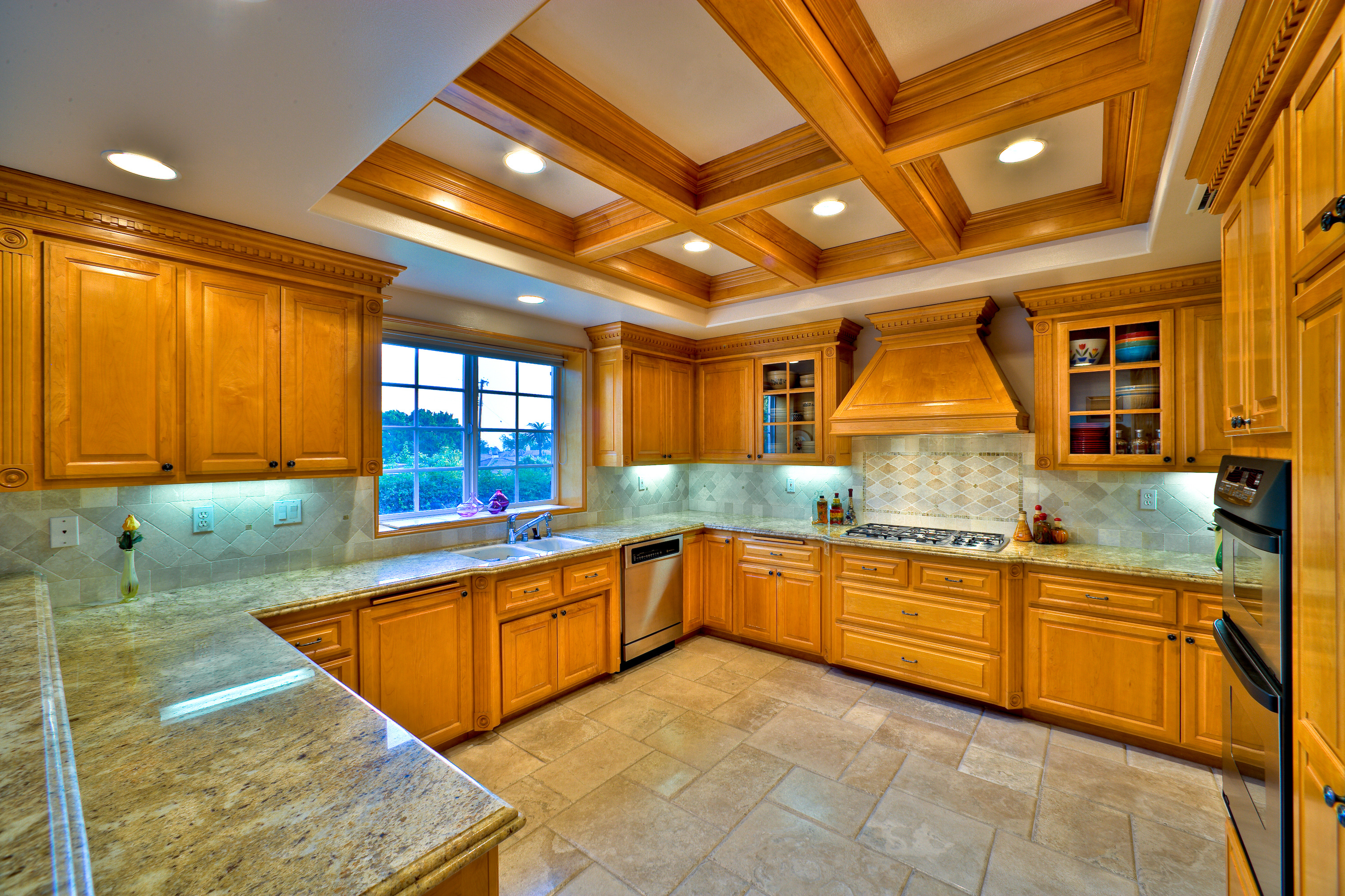 4 reasons why custom kitchen cabinets are better than off for Off the shelf kitchen units